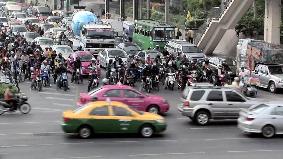 294239136-naradhiwas-road-surcharge-scooter-embouteillage.jpg